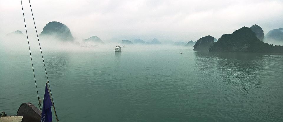 bienngoc-halong bay fog